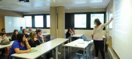 Una professora imparteix classe en una de les aules de la Universitat d'Andorra.
