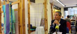 El conseller de Cultura escaldenc, Salomó Benchluch, en la presentació dels cicles de xerrades d'art, ahir al taller tèxtil.