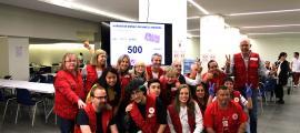 Voluntaris i responsables de la Creu Roja Andorrana davant el marcador amb les 500 donacions.
