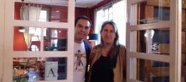 Lara i Porta, a l'hostal Palanques de la Massana, un dels escenaris del seu últim llibre, 'Andorra literària'.