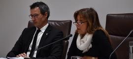 David Astriè i Conxita Marsol, en el consell urgent convocat dissabte per aprovar l'acord amb les companyies asseguradores per l'incendi dels Serradells.