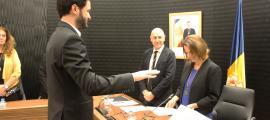 La cònsol Gili pren jurament a Cerni Escale com a secretari general del Comú escaldenc.