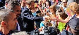Macron saluda els lauredians que el van rebre divendres als carrers de la parròquia.