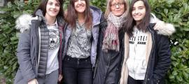 Marta Font i Cezara Corduneanu (tercer i primer premi), la professora Canòlich Travesset i la tercera participant del Lycée Comte de Foix, Selene Martín.