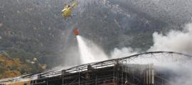 L'helicòpter ha fet une spassades sobre el centre esportiu per ruixar -lo amb aigua.