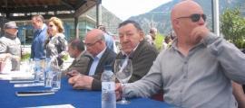 Montobbio, el segon per l'esquerra, amb Pastor, Morell i Villaró en la firma de llibres de Sant Jordi a la plaça del Poble,