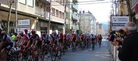 Els ciclistes passen per la ciutat davant el públic.