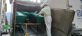 Un operari d'Ecotèncic desinfectant carros.