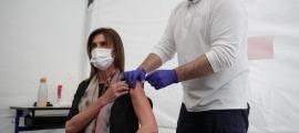 Moment de la vacunació de la ministra Ester Vilarrubla, aquesta tarda.