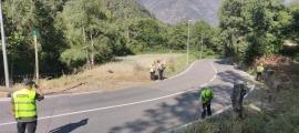 Empleats del COEX netejant aquest matí la carretera d'Engolasters.
