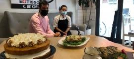 El conseller de Turisme, Comerç i Dinamització, Josep Maria Garrallà i la xef de Grupetta, Alba Delgado durant la presentació de la 14a edició de les jornades gastronòmiques de cuina de tardor.