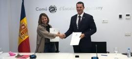 Rosa Gili i Jordi Gallardo, després d'haver signat el conveni de col·laboració entre la corporació i el Govern pel programa Okupa't.