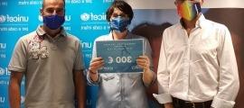 Un moment del lliurament del xec de 300 euros a Marta Alberch, directora d'Unicef Andorra.