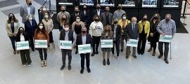 Els representants polítics i de les entitats que han rebut els xecs.