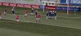 La falta llançada per Eiríksson que va suposar el segon gol islandès.