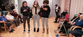 Una de les gravacions pel canal de YouTube del programa 'Jove voluntariat lector'.
